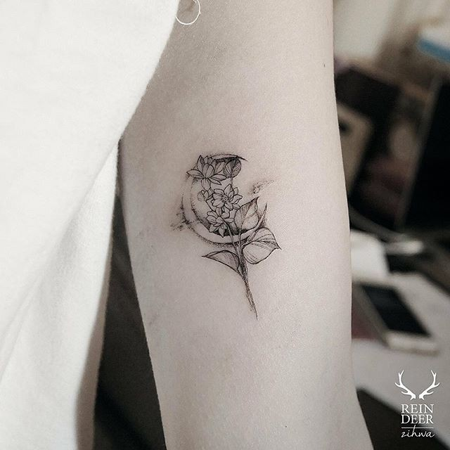 Tiny cute looking Zihwa tattoo of flowers with moon
