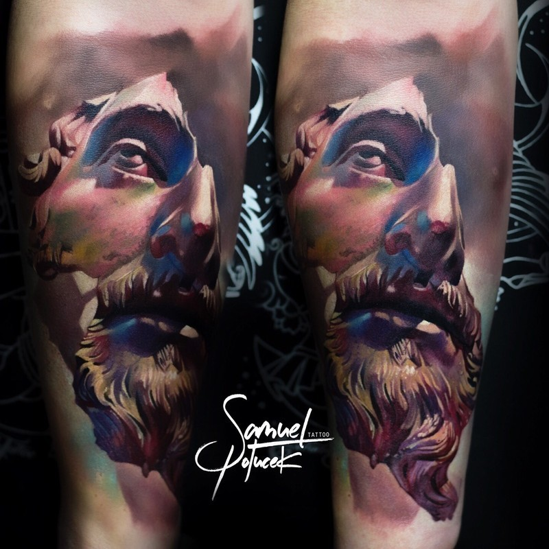 Tatuaggio del braccio colorato in stile 3D del ritratto di una statua spezzata