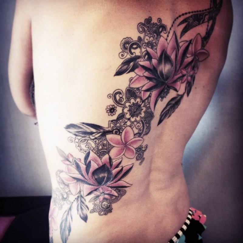 3D grande e colorato tatuaggio posteriore di fiori di Caro Voodoo