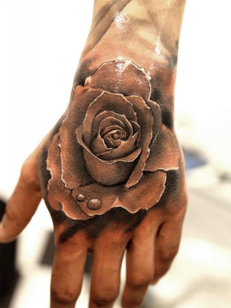 """3D eccezionale dettagliata bianco e nero rosa con gocce d"""" acqua tatuaggio su mano"""