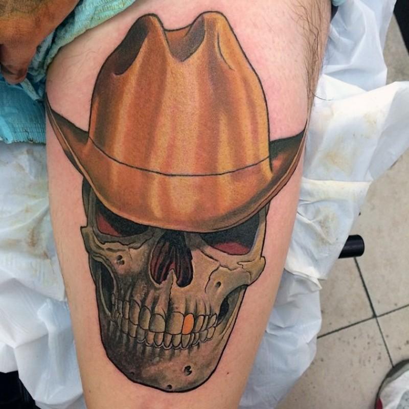 3D cranio con cappello colorato e dente dorato di cowboy tatuaggio su coscia