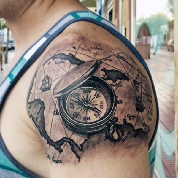 Tatuaje en el hombro, mapa del mundo con compás volumétrico