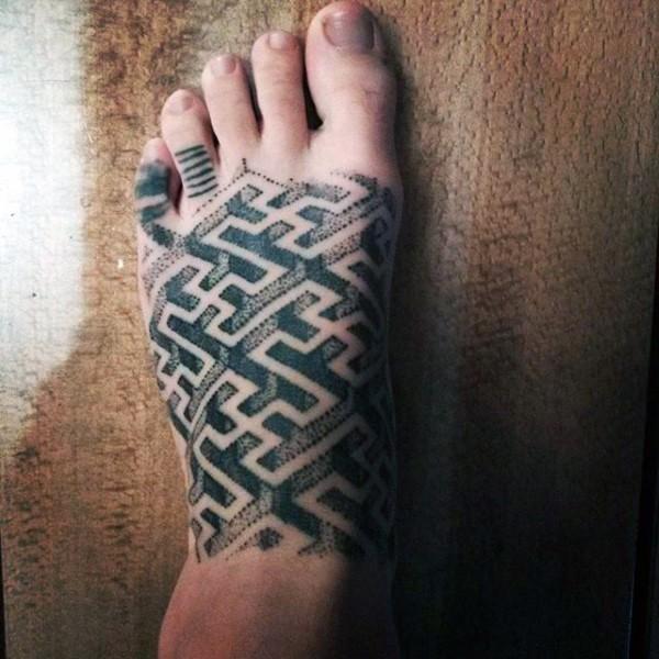 Tatuaje en el pie, laberinto increíble volumétrico de colores negro y blanco