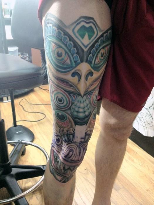 Tatuaje en la pierna, tótem extraño enorme de colores