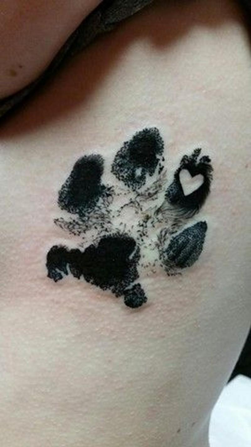 3D piccolo inchiostro nero impronto zampa di animale con cuore tatuaggio su lato