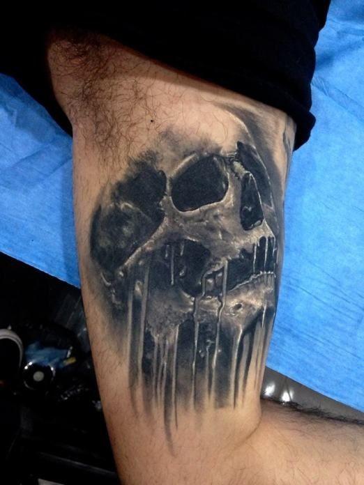 3D piccolo inchiostro nero cranio corrotto tatuaggio su braccio