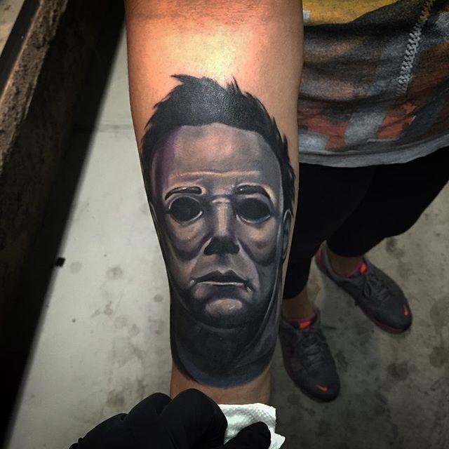 3D massiccio colorato maschera di uomo tatuaggio su braccio