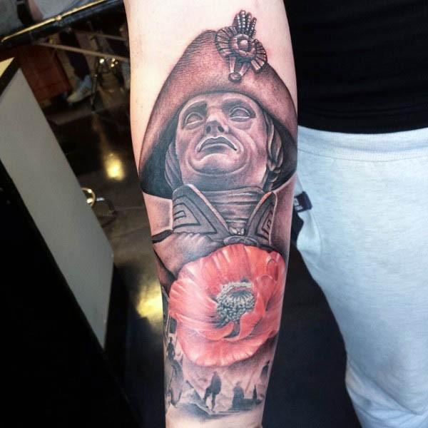 Tatuaje en el antebrazo, Napoleón con amapola y soldados