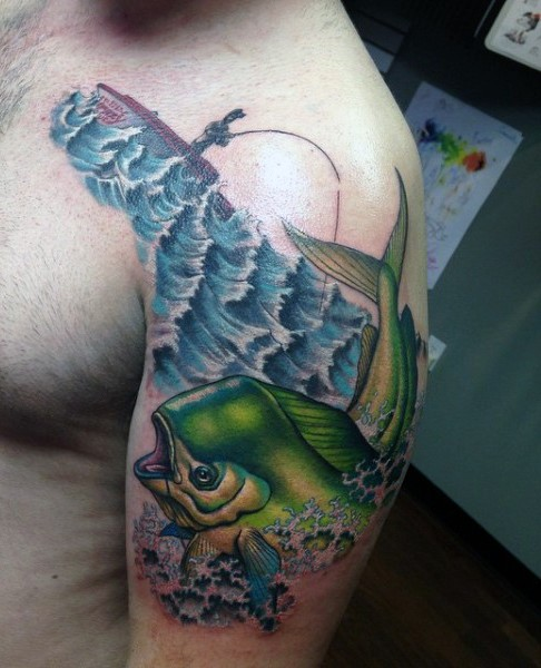 3D molto realistico multicolore pescatore su lago e pesce grande tatuaggio su spalla