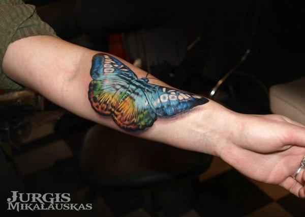 3D molto realistico naturale colorato grande farfalla tatuaggio su braccio