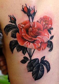 Tatuaje en la espalda, rosas y botones preciosas