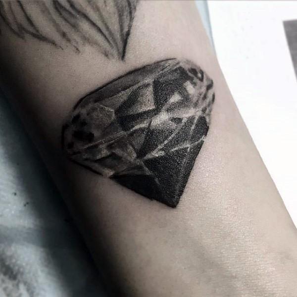 Tatuaje en el antebrazo, diamante simple de tinta negra