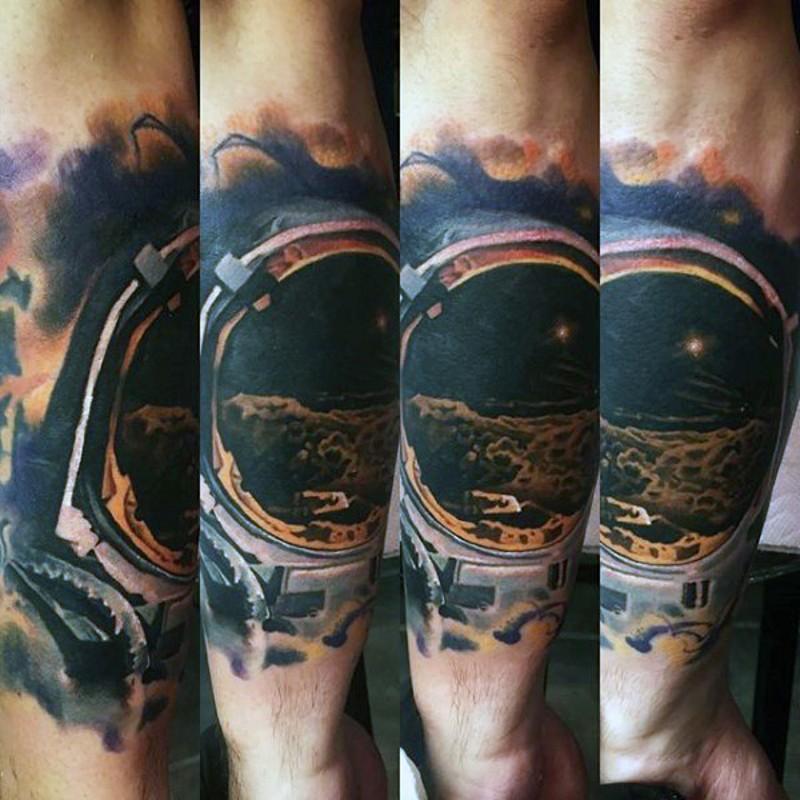 Tatuaje  de casco de astronauta en el antebrazo