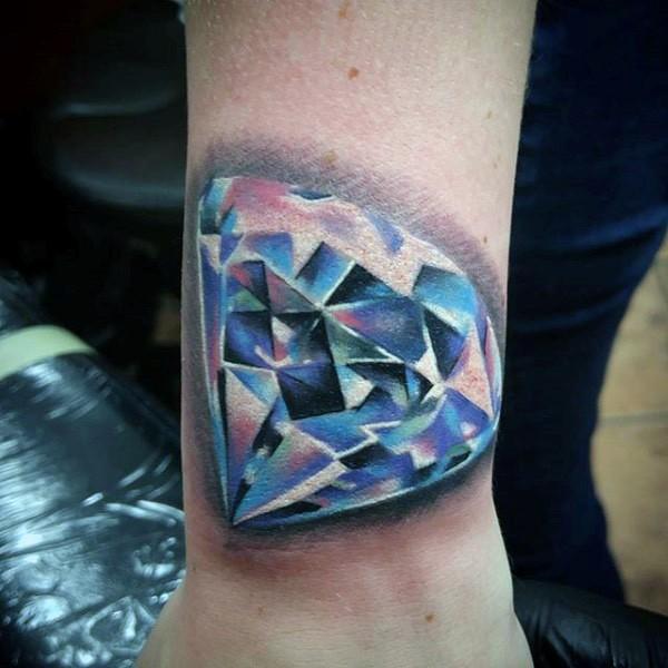 Tatuaje en el antebrazo, diamante costoso brillante 3D