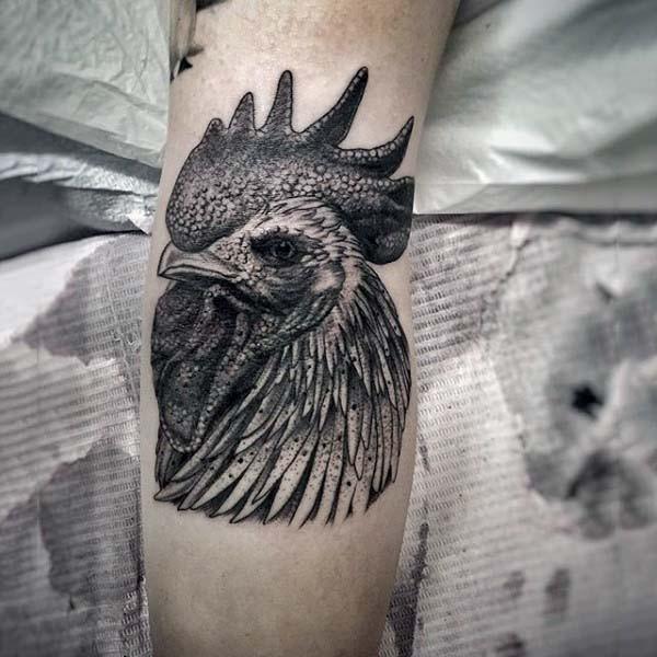 3D realistico dettagliato nero e bianco testa di gallo tatuaggio su braccio