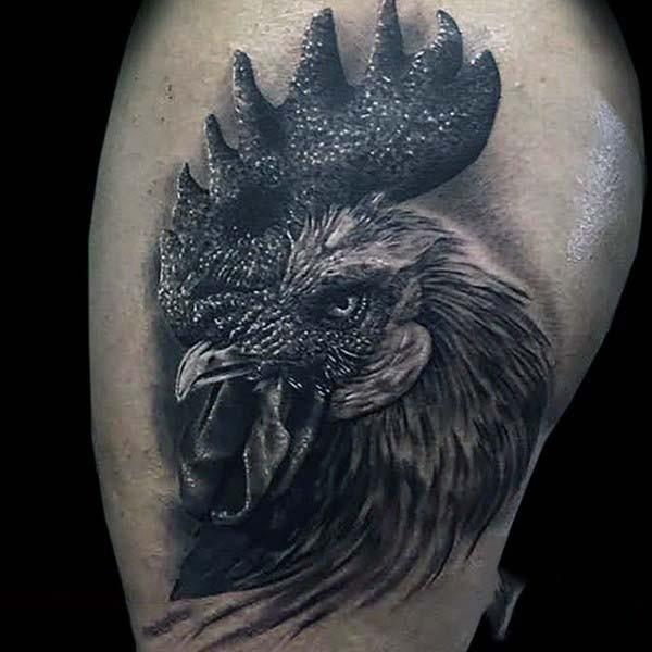 3D realistico molto dettagliato inchiostro nero testa gallo tatuaggio su coscia