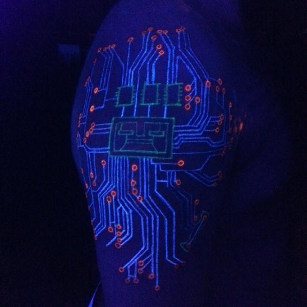 Tatuaje en el brazo, circuito electrónico de tinta ultravioleta