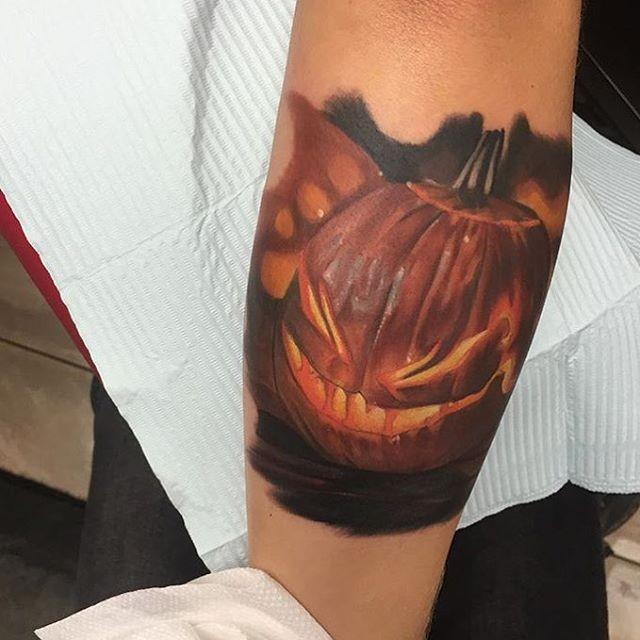 3D olto realistico dettagliato Halloween zucca tatuaggio su braccio
