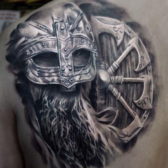 Tatuaggio scapolare dall&quotaspetto realistico in stile 3D del guerriero vichingo con grande scudo