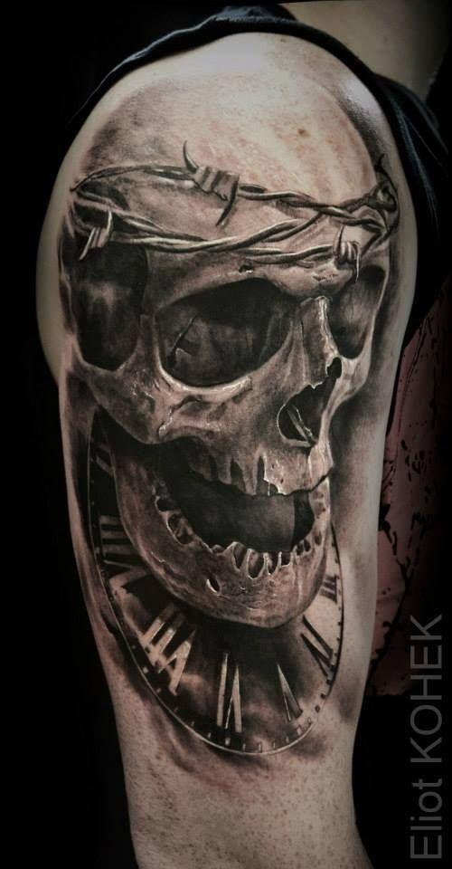 Tatuaggio del braccio superiore in stile 3D del teschio umano con filo spinato e orologio di Eliot Kohek