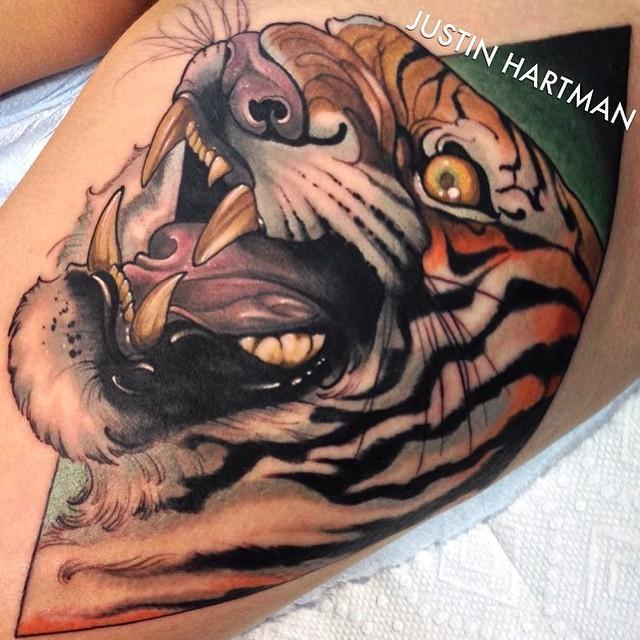 Tatuaggio molto dettagliato in stile 3D della tigre terrificante demoniaca