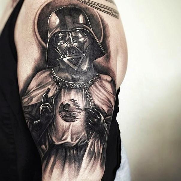 Tatuaje en el brazo, santo Darth Vader devirtido interesante