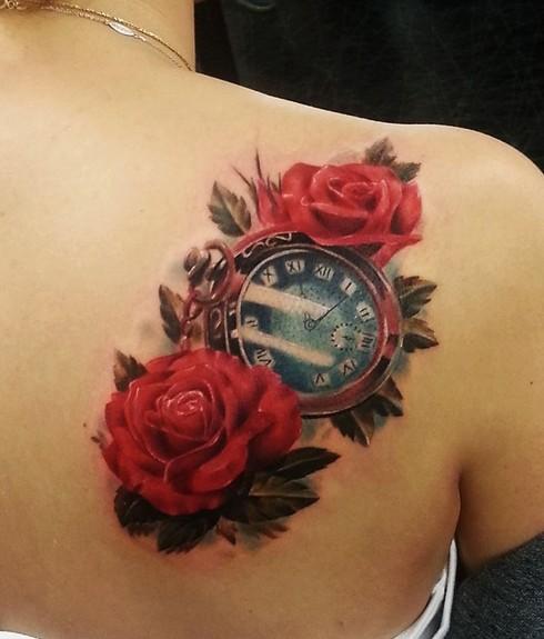 3D molto realistico antico orologio con fiori tatuaggio su spalla