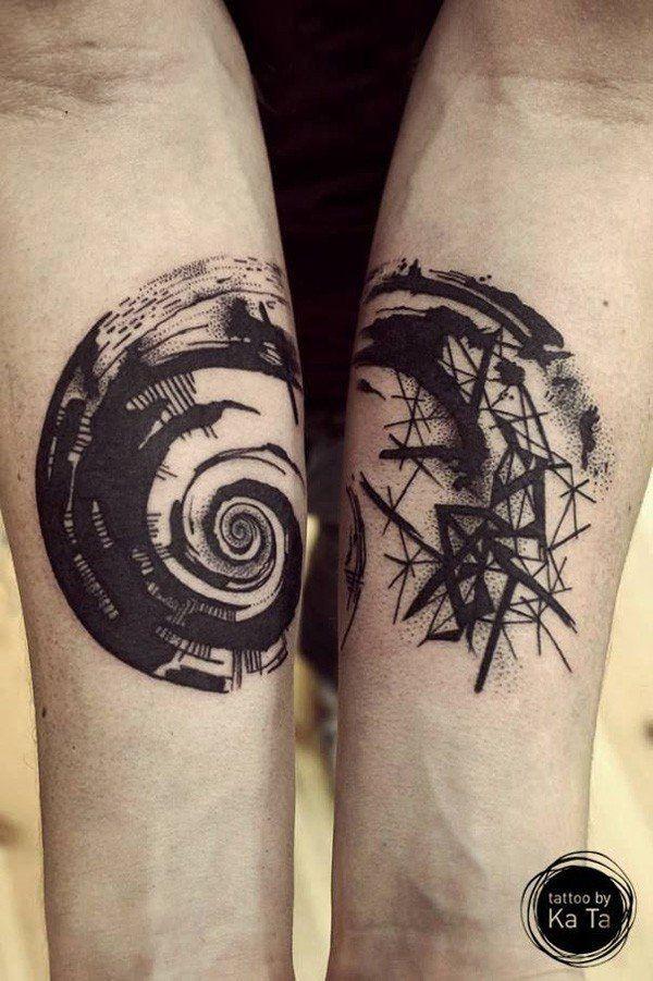 Tatuaggio di avambraccio nautico con inchiostro nero stile astratto con figure geometriche