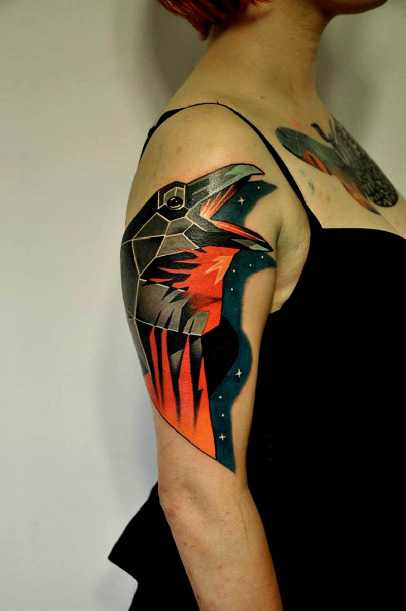 corvo brillante luminoso in ombra di stella tatuaggio su spalla
