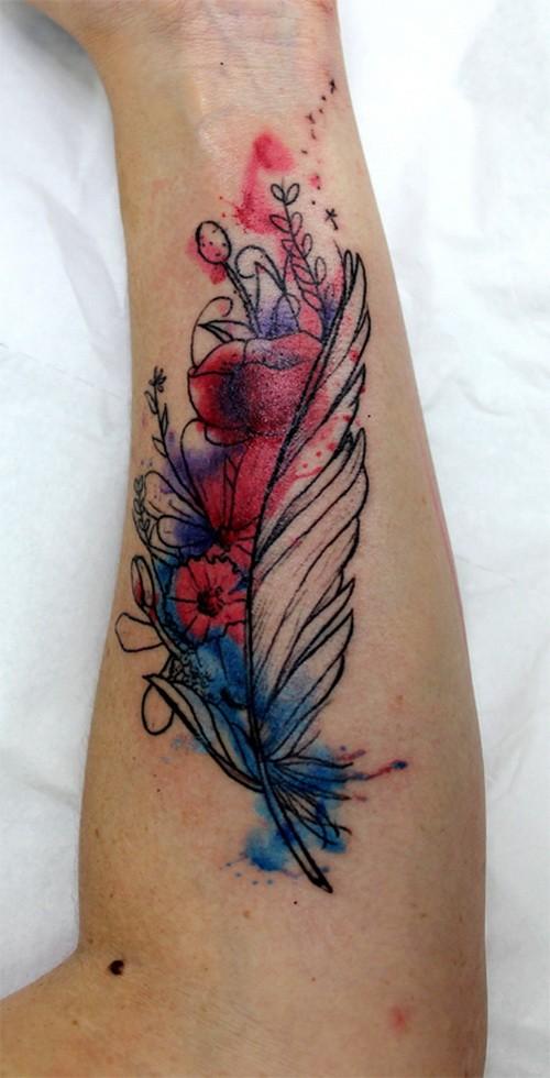 particolare colorata piuma con fiori tatuaggio su braccio