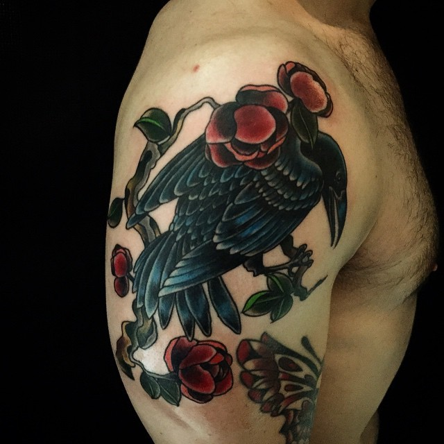 incredibile vivaci colori corvo e rose rosse tatuaggio su spalla