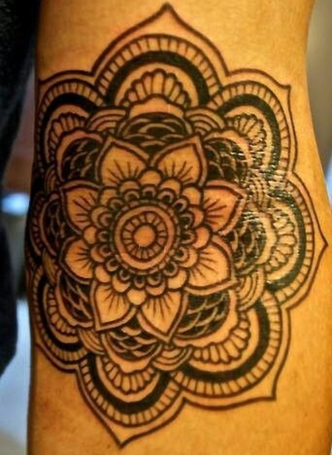 eccezionale inchiostro nero fiore mandala tatuaggio su braccio