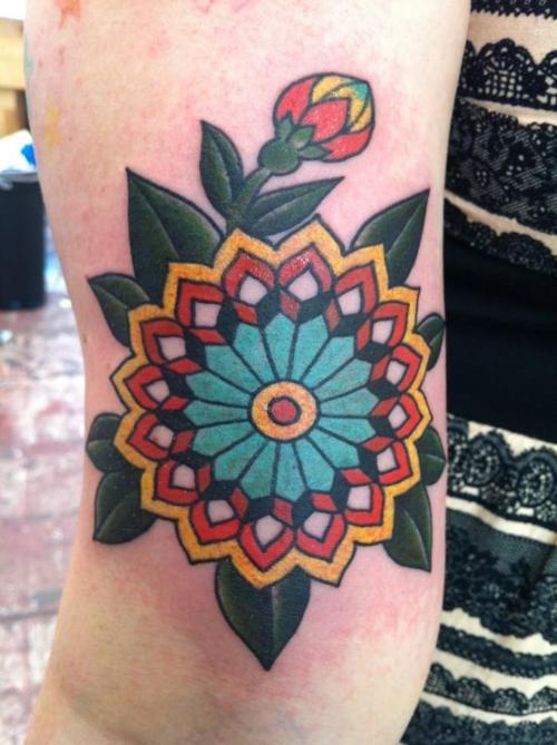 eccezionale vecchia scuola fiore tatuaggio su braccio
