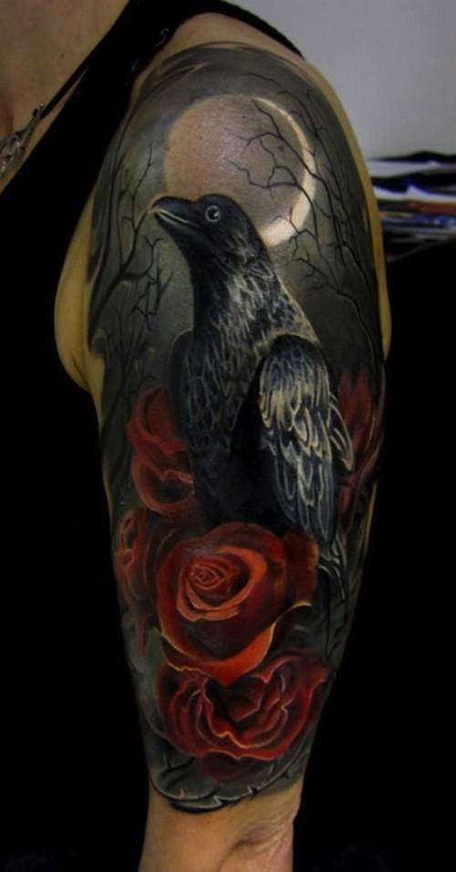Tatuaje en el brazo, cuervo con rosas en el bosque oscuro