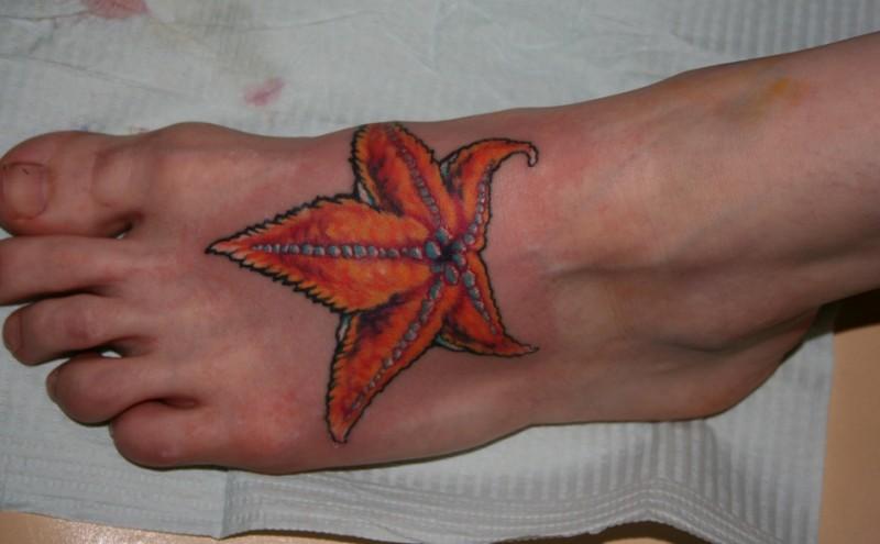 eccezionale arancione stella marina a tema  tatuaggio su piede