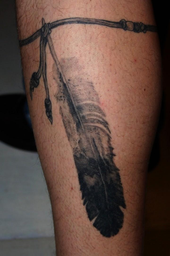 nero e bianco piuma di aquila su corda tatuaggio