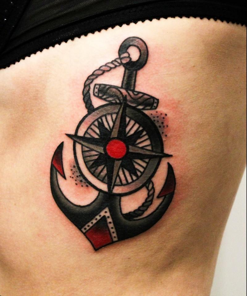 nera ancora con ruota centrata tatuaggio su costolette
