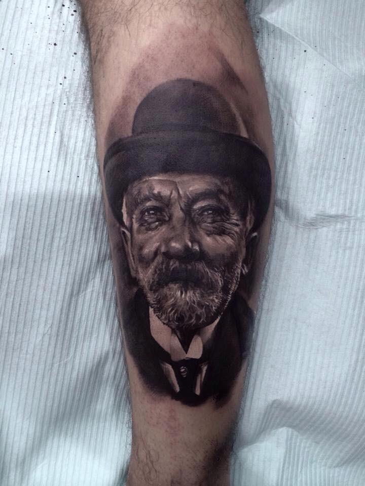 Tatuaggio di gamba dettagliato in stile nero e grigio di vecchio con ritratto di cappello