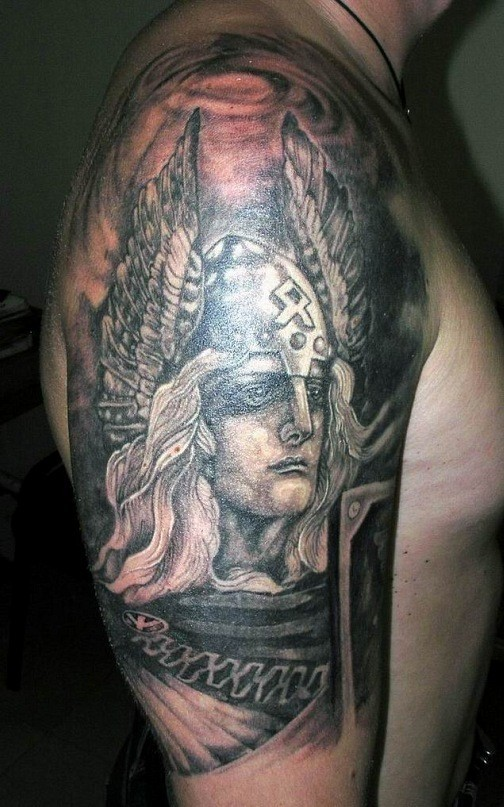 vichingo bianco e nero guerriero in casco alato tatuaggio a mezza manica
