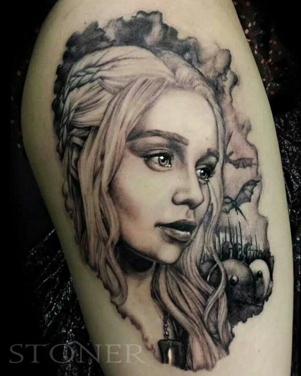 Tatuaggio Daenerys grigio nero di adam stoner
