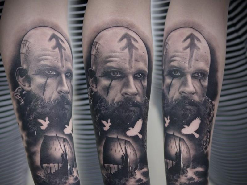 Ritratto grigio nero di viking con tatuaggio navale