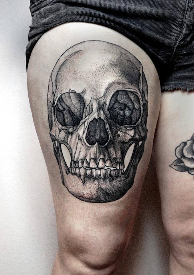 Tatuaggio con teschio di inchiostro nero sulla coscia di Bartosz Wojda