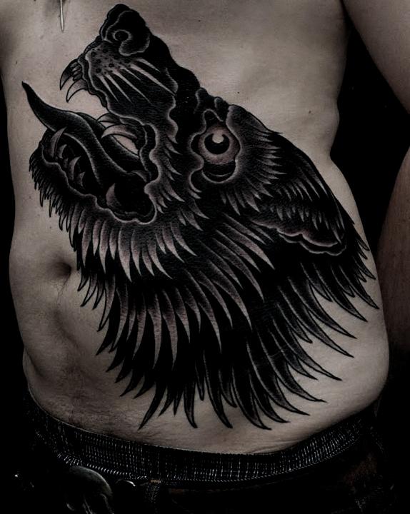 Tatuaggio grande sulla pancia il lupo che ulula