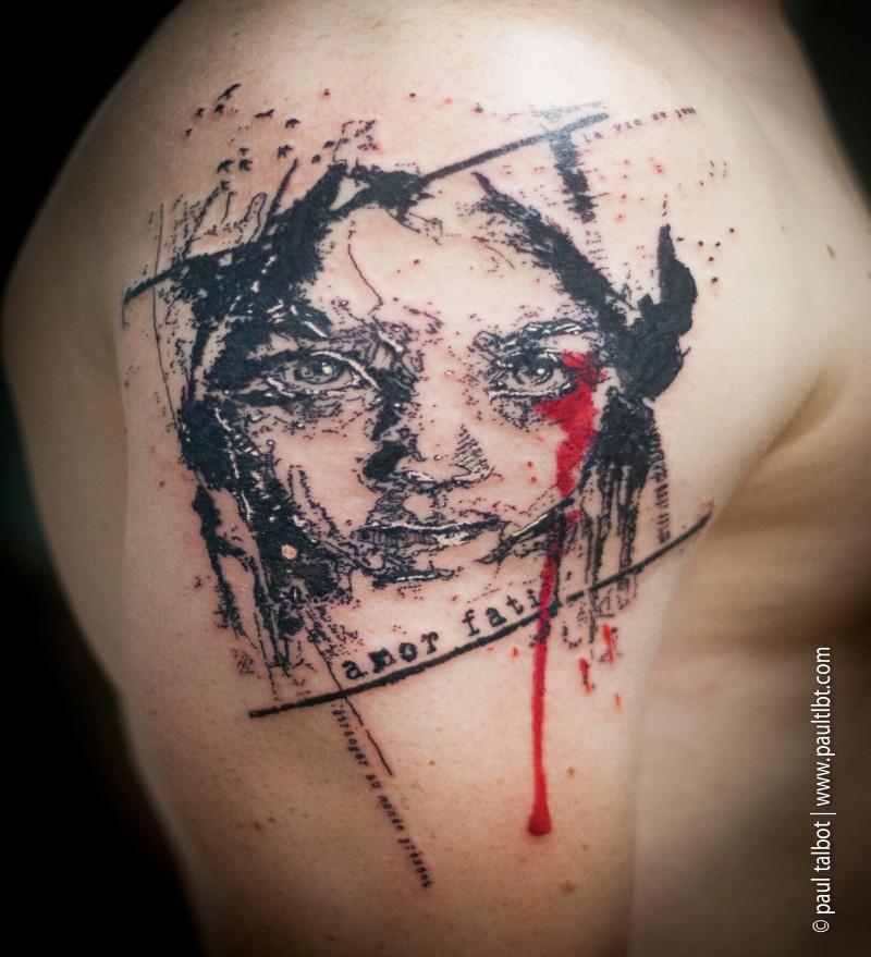 Tatuaggio alla grande coscia in stile blackwork del ritratto femminile abbinato agli uccelli