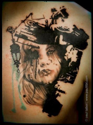 Tatuaggio di ritratto di grande donna in stile blackwork su scapolare