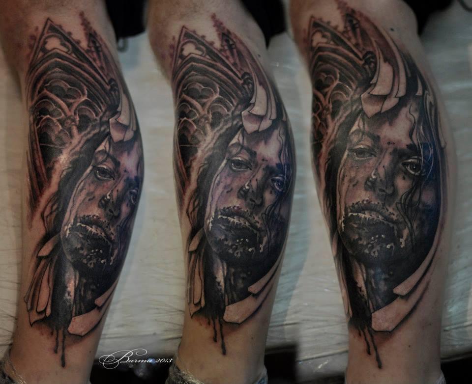 Tatuaggio sul braccio sanguinante e sulla cattedrale