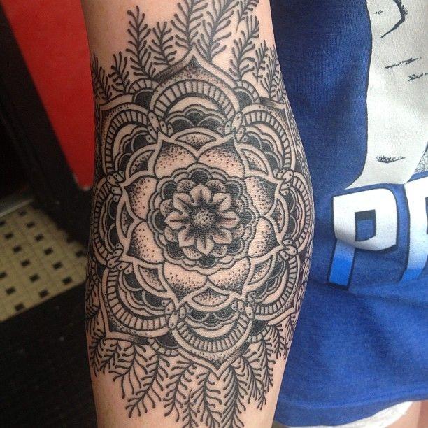 elegante bianco nero fiore mandala tatuaggio su braccio