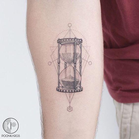 Tatuaggio per avambraccio a clessidra con linee chiare