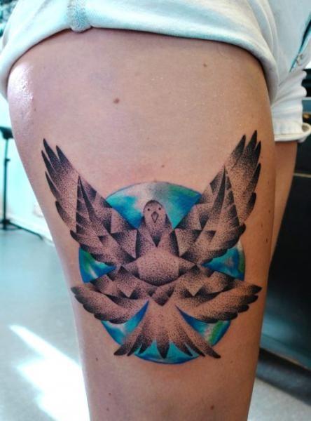 Tatuaggio colorato dipinto da Mariusz Trubisz del piccione volante