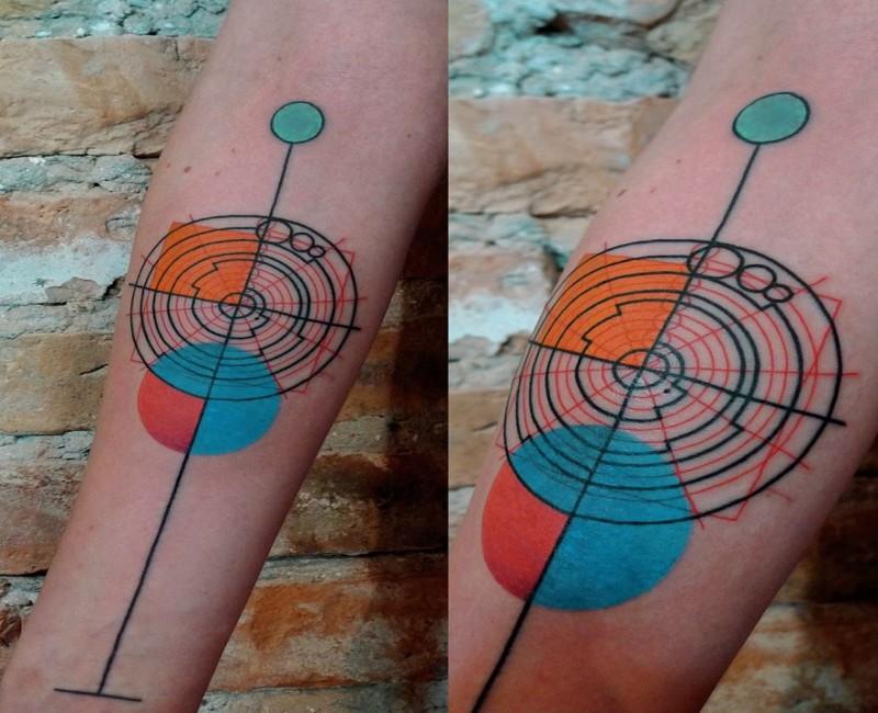 Tatuaggio colorato dipinto in stile geometrico da Mariusz Trubisz